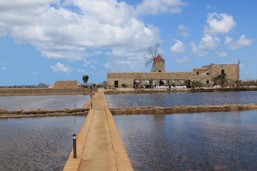 Saliny w Trapani, Sól morska, baseny solne, kanały saliny, sale marino, sale di Trapani, sól z Trapani, saliny w Nubii, wydobywanie soli, żniwa solne, baseny solne, solniczki w Trapani, Trapani, Nubia, saliny w Nubii, Sycylia, Sicilia