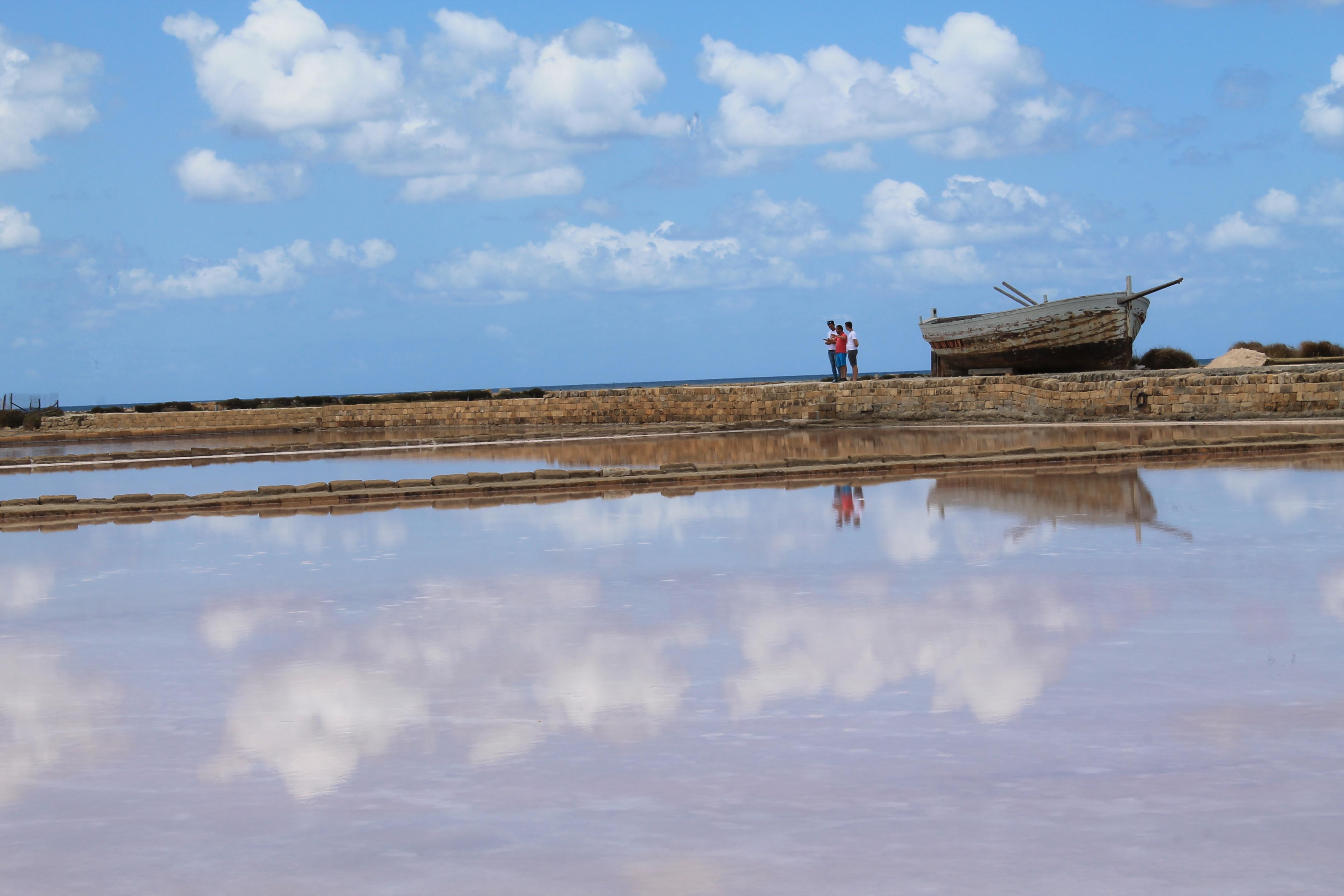 Saliny w Trapani, odbicie w wodzie, riflesso in acqua, niebo styka się z ziemią, saline di Trapani, sól morska, sale marino, Trapani, Saline di Nubia, Saliny w Nubii, Trapani, Sycylia, Sicilia