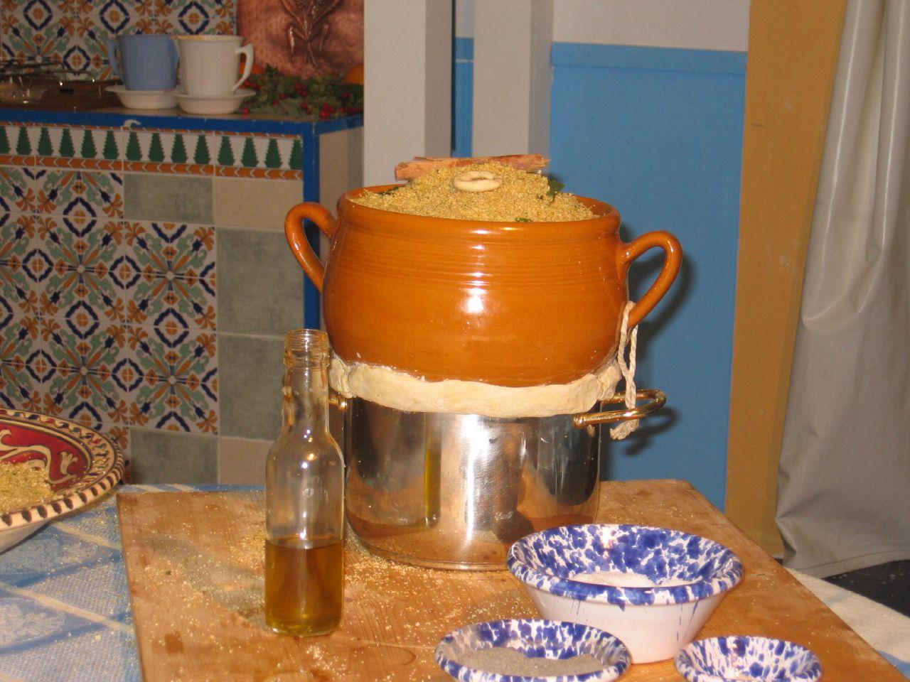 Cuscus, kuskus, cous cous, cuscusu, cuscusu trapanese, historia kuskusu, przygotowanie kuskusu, jak gotować kuskus, sycylia, kuskus z trapani, Trapani, cous cous fest, san vito lo capo, cuscus trapanese, italia, włochy, festyn kuskus, sagra kuskus, kuskus arabski, skąd pochodzi kuskus, skąd pochodzi nazwa kuskus, cuscusera, cuscussiera